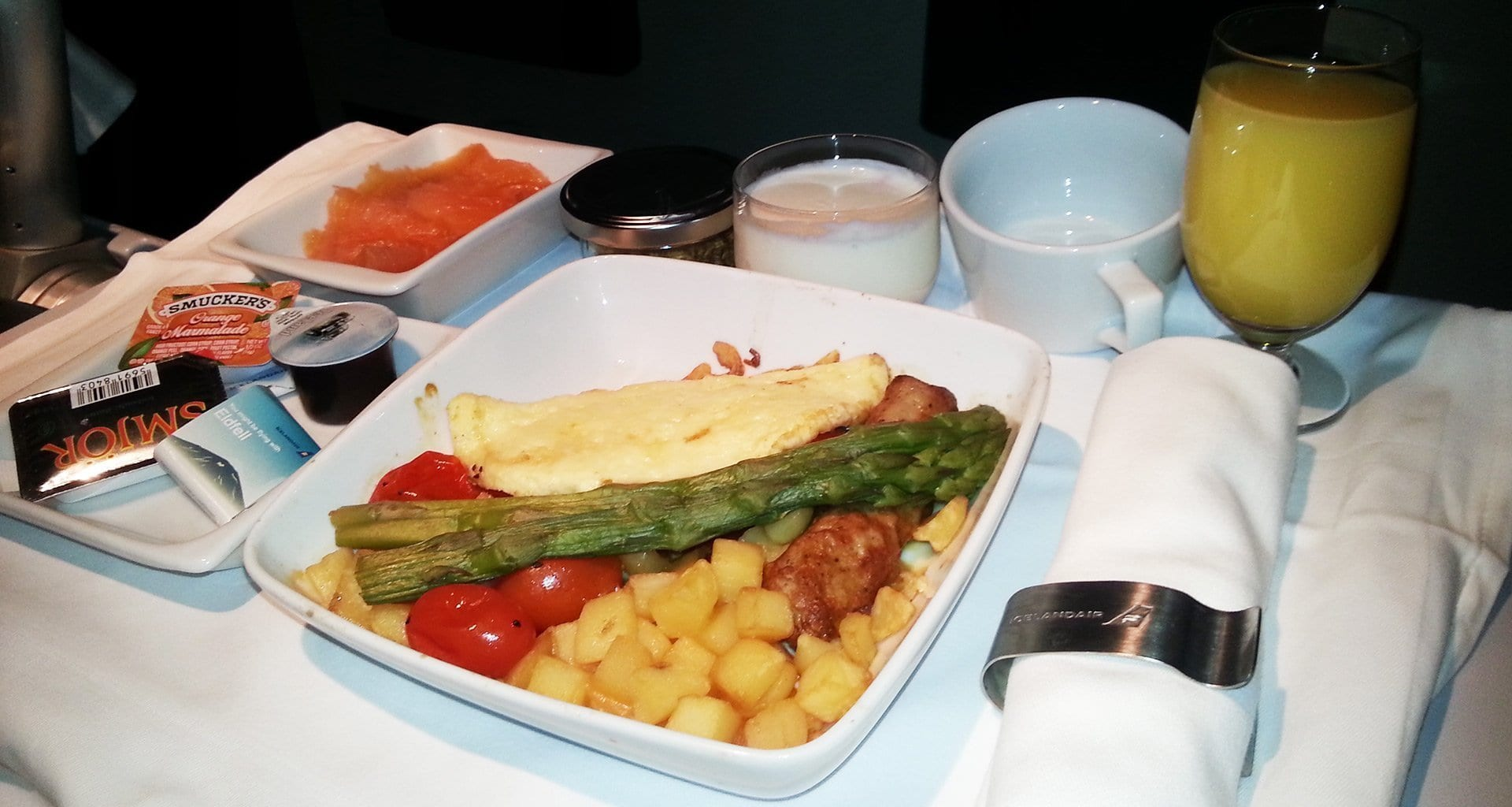 Inflight breakfast served in business class on Icelandair